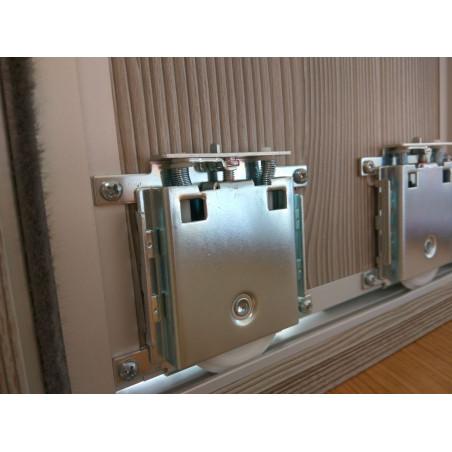 Puerta de armario montada vista trasera, ruedas de quilla y cepillo